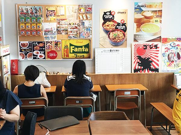日本の学校の机もあります