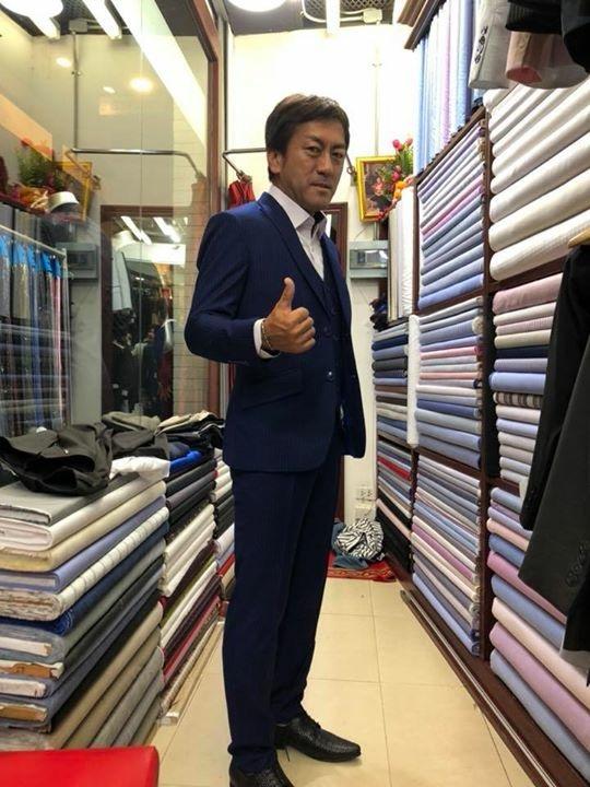 新調した上下のスーツがかっこいい日本人ビジネスマン