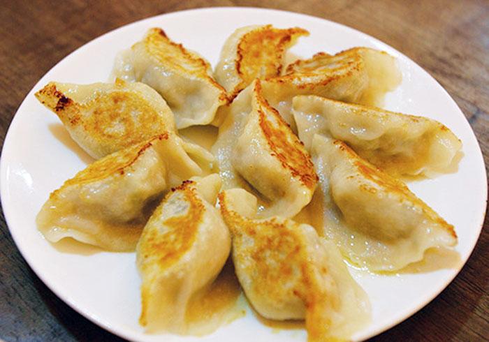 焼き餃子は10個で79バーツ。マーボー豆腐、チンジャオロースなど日本人の好きなメニューも
