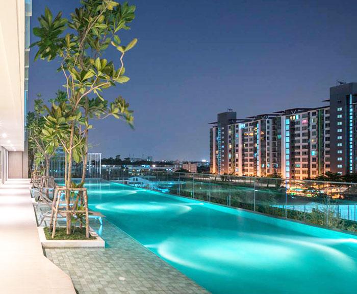ウィスドム101の豪華で見晴らしのよい共有プール