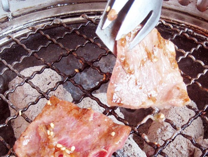 肉のほかシーフードも食べ放題メニューにあり、炭火で焼いたアツアツが食べられる