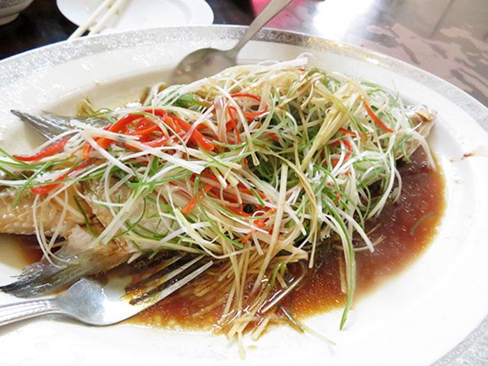 豪華に魚を丸ごと一匹使った料理