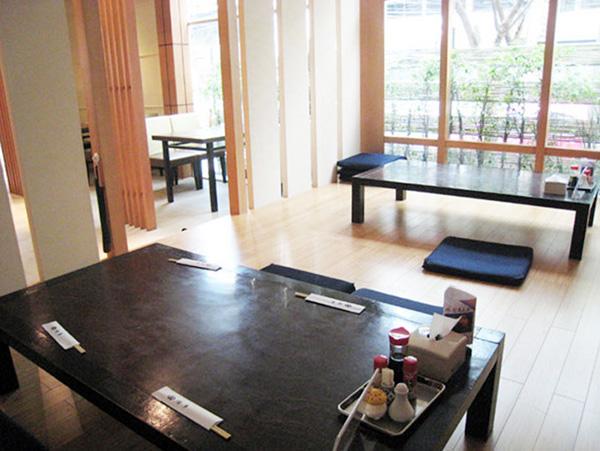 テーブル席ほか、小上がり、2階には大小個室もある