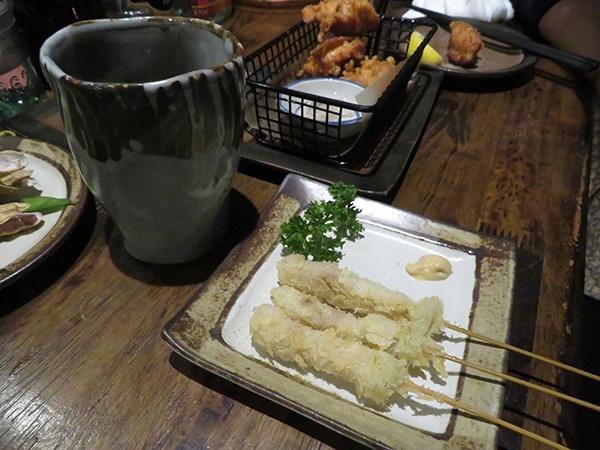 2度付け厳禁のタレをつけて食べる、懐かしい串カツ