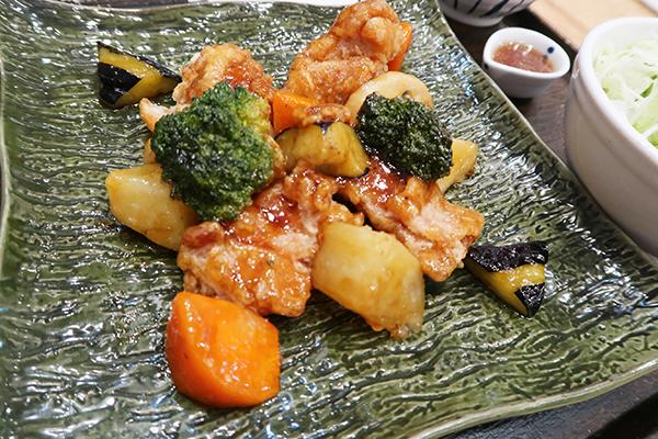 日本で一番人気の、鶏と野菜の黒酢あん定食 299バーツ