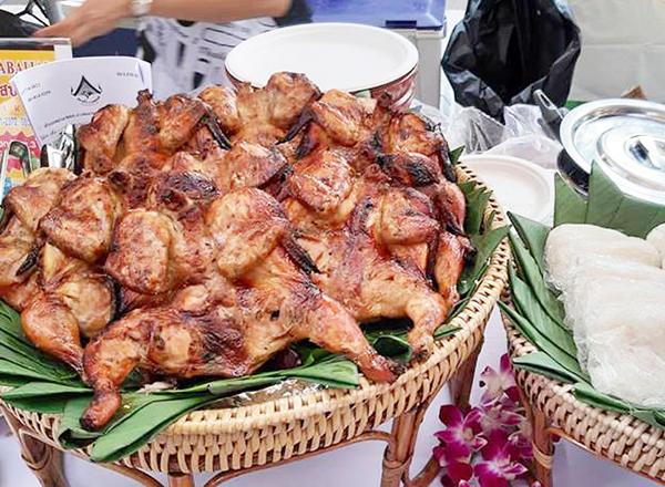 この店の看板料理はガイヤーン、鶏の炭火焼き