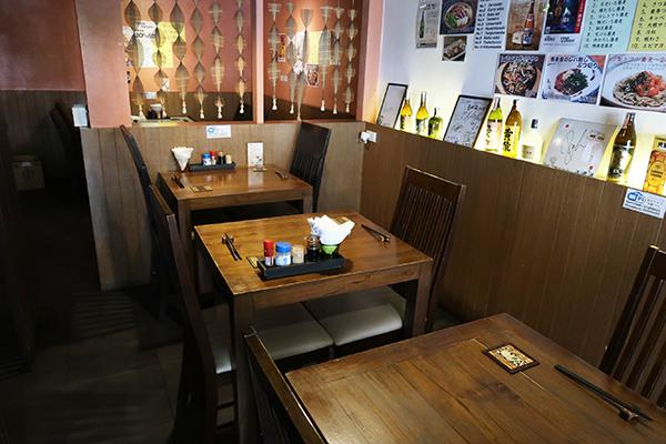 店内の落ち着いたテーブル席