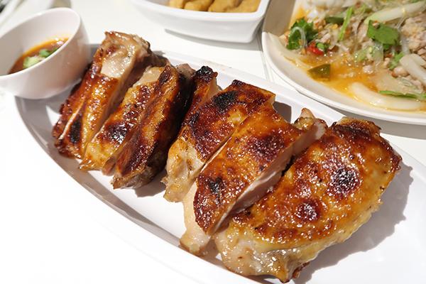 皮パリパリで中の身はジューシーなガイヤーン、鶏の炭火焼き 99バーツ