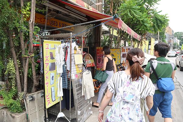 幼児や子どもの玩具などもあり、日本人の家族の来店もある